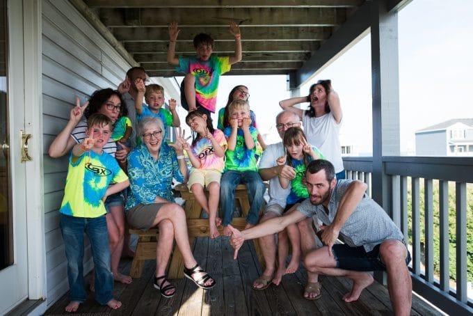 Foto de familia de grupo grande de caras tontas