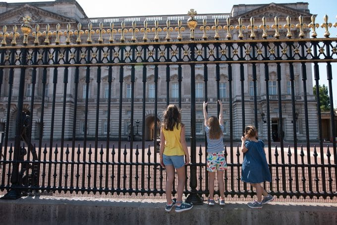 3 children in front of Buckingham Palace. Properly exposed image using the exposure triangle.